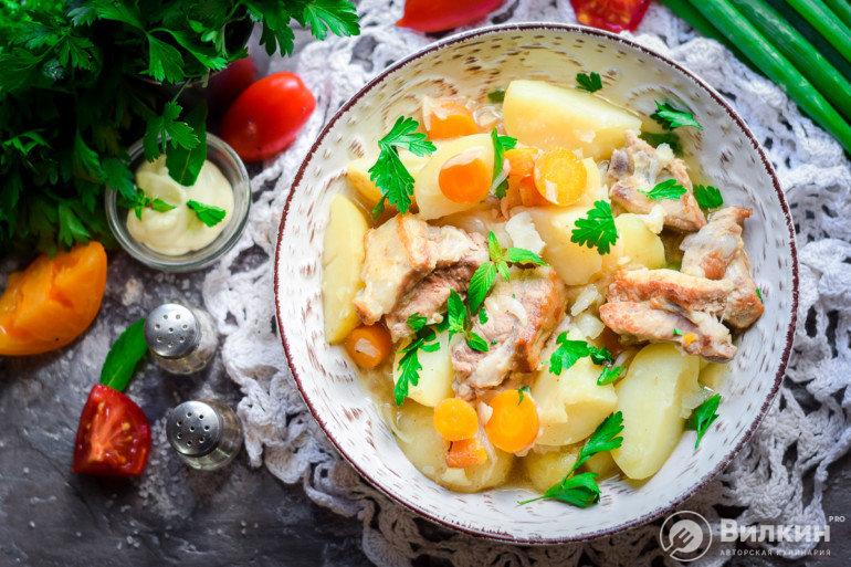 порция картошки с ребрами