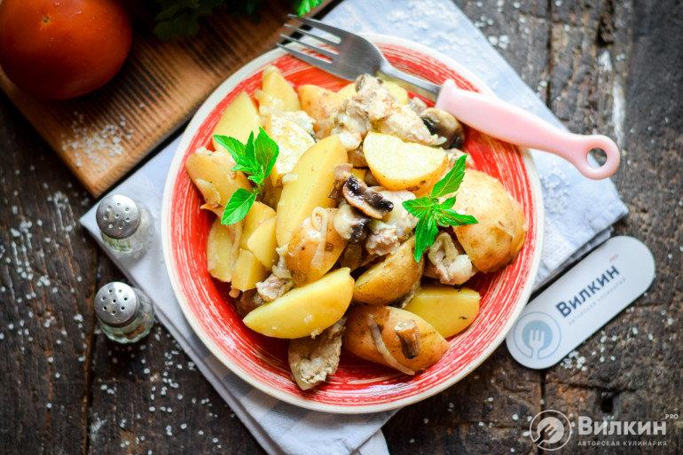 Свинина с картофелем и грибами в духовке
