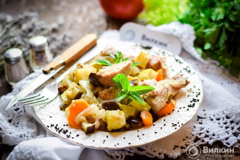 готовое мясо с картошкой и овощами