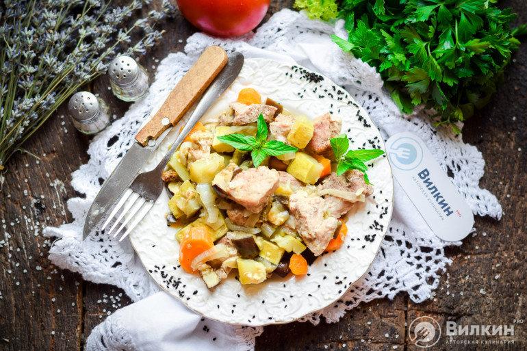 Свинина с картошкой и овощами в духовке