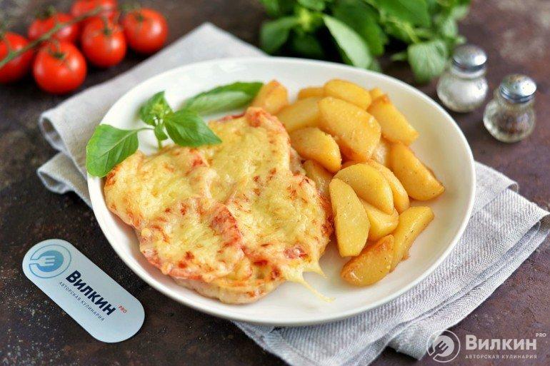мясо под сыром и помидорами с картофелем