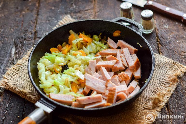 добавление колбасы в блюдо
