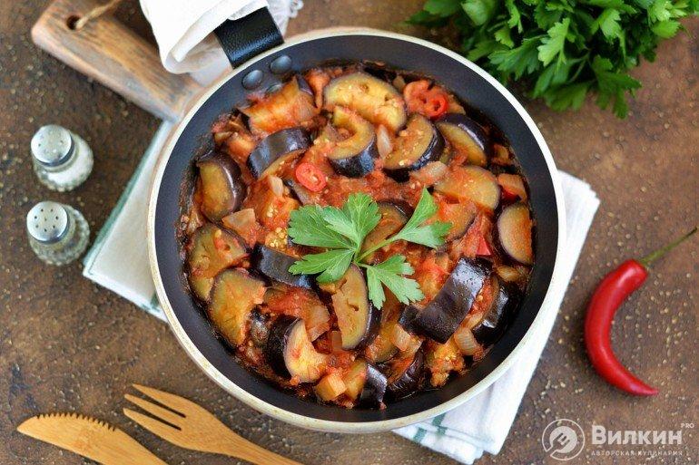 Тушеные баклажаны с помидорами, чесноком и острым перцем
