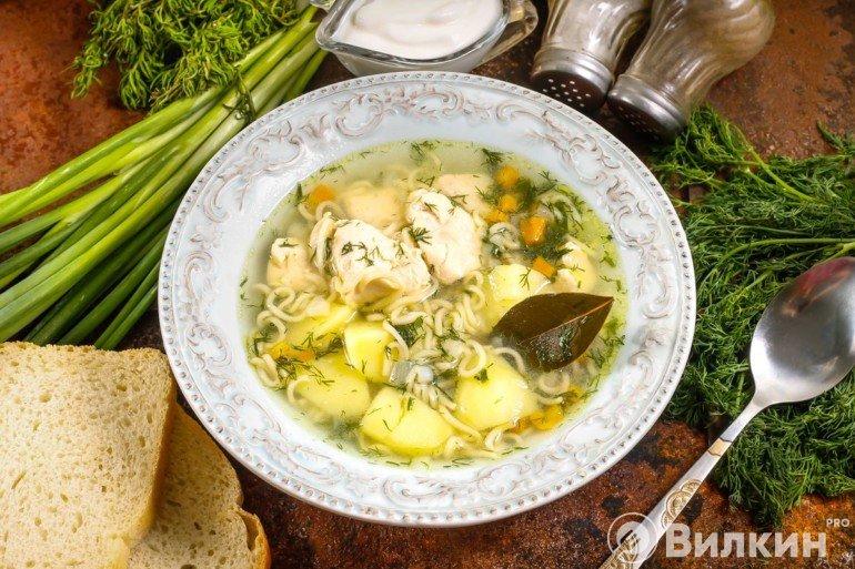 порция куриного супа с вермишелью
