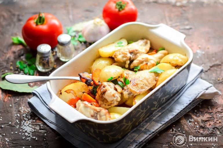 молодой картофель с куриными крылышками в духовке