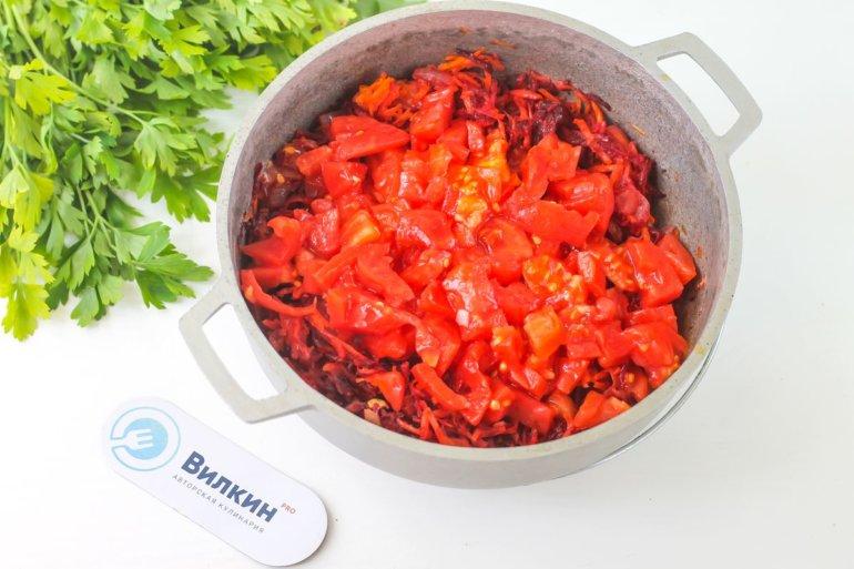 смешивание зажарки с помидорами