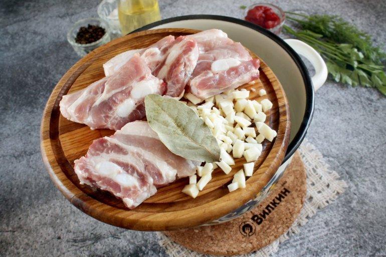 закладка мяса, лаврового листа и сельдерея