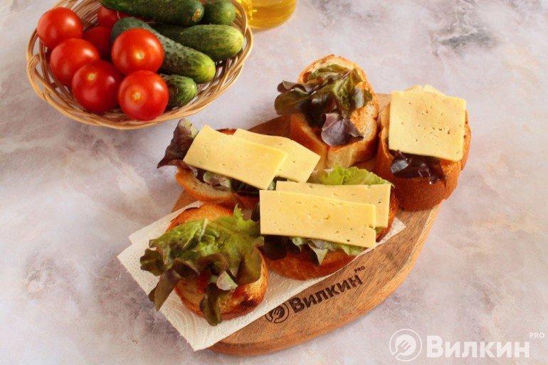 салатные листья и сыр