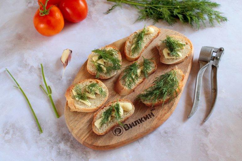 добавление чеснока и зелени