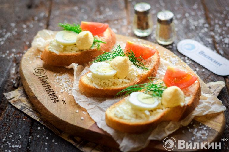 Бутерброды с творожным сыром и помидорами