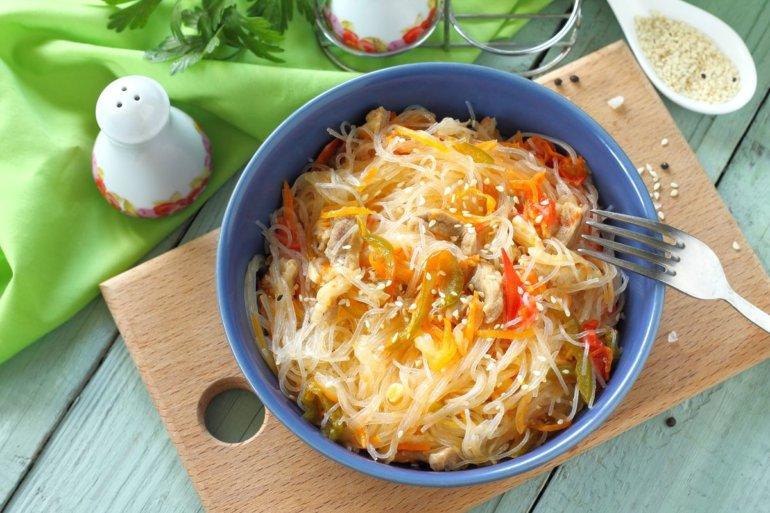 сытный салат из фунчозы с мясом и овощами