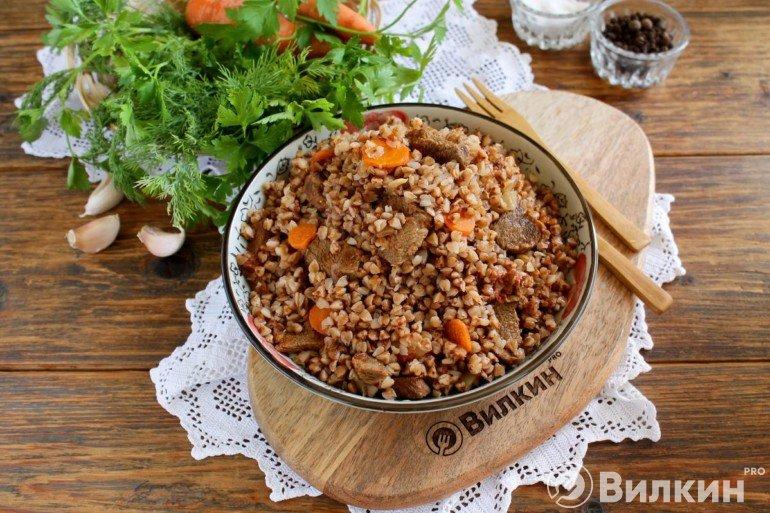 порция гречневой каши с мясом по-купечески