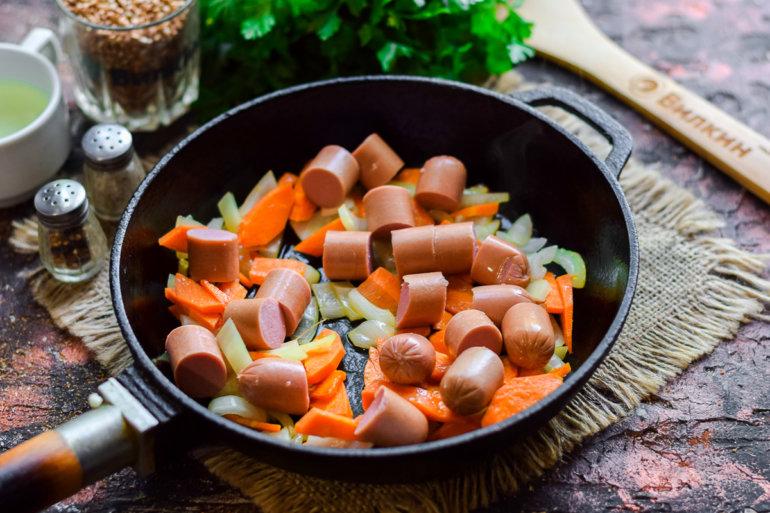 пассерованные овощи с сосисками