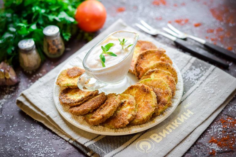 подача кабачков в яйце и сухарях с соусом