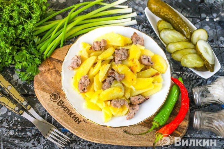 Жареный картофель с фаршем на сковороде