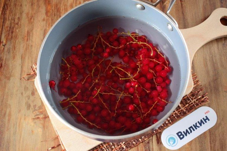 ягоды в кастрюле