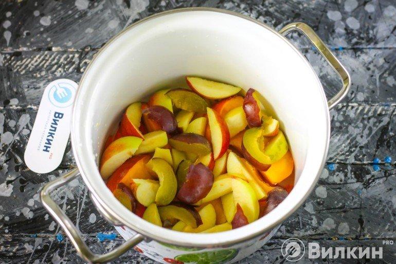 закладка фруктов в кастрюлю