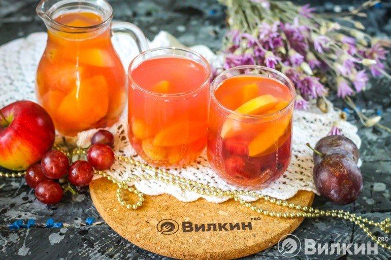 стаканы с фруктовым компотом
