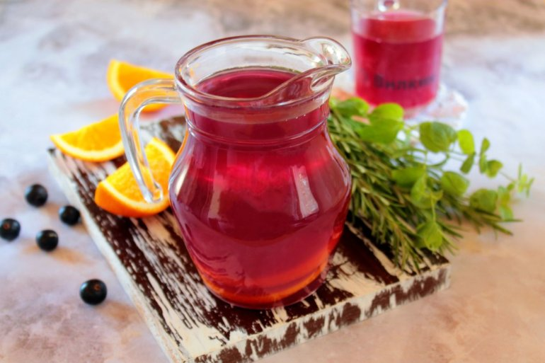 освежающий напиток из ягод смородины с цитрусом