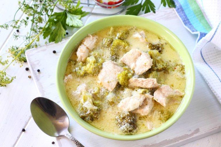 брокколи с куриным филе в соусе