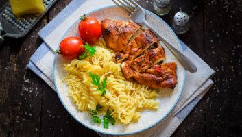 порция макарон с грудкой курицы