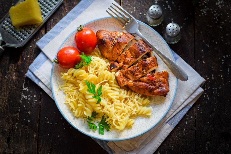 Макароны с куриной грудкой и сыром