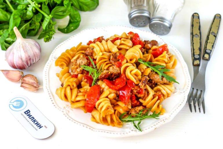 макароны с фаршем, помидорами и луком