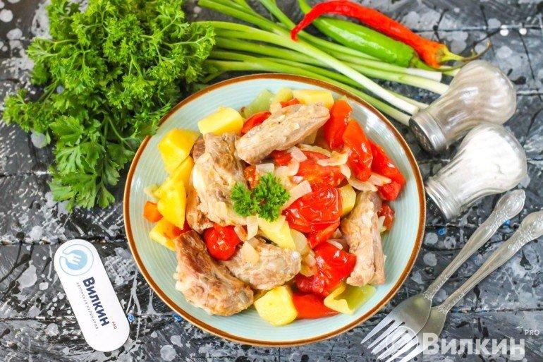 порция рагу из овощей с мясом