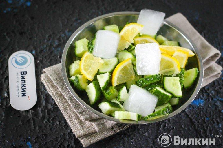 добавление лимона и льда