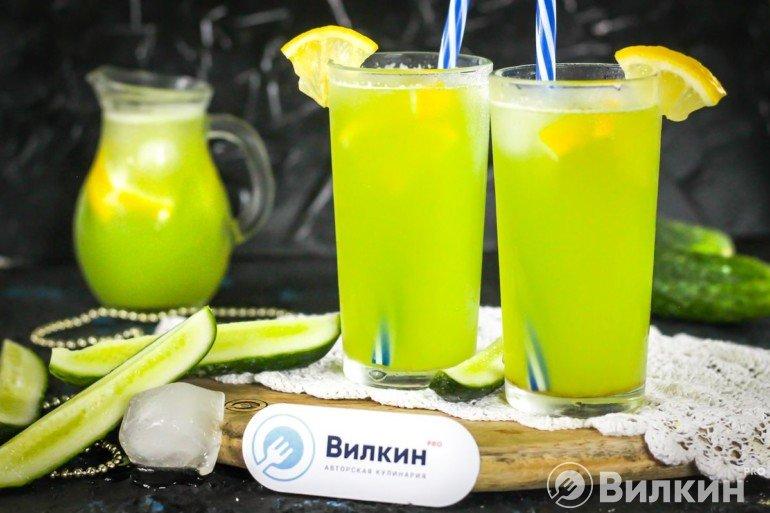 подача лимонада из огурцов и лимона
