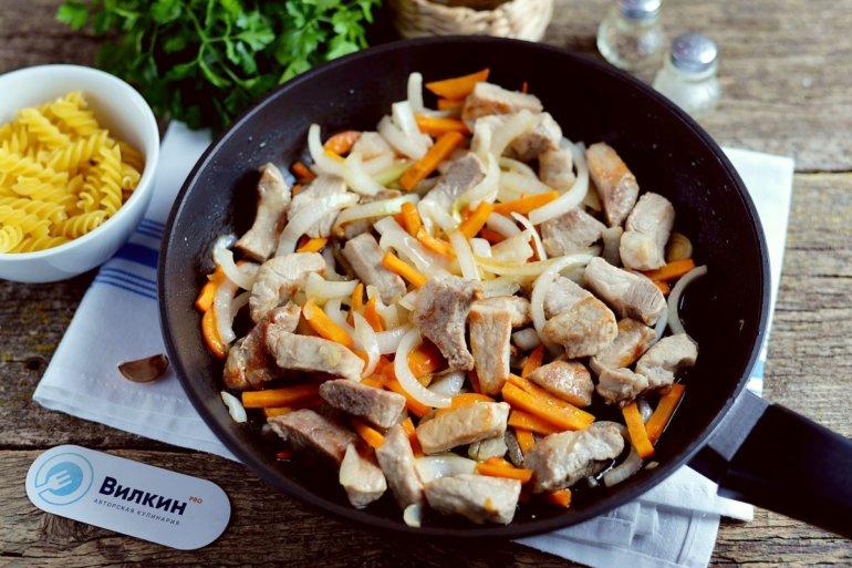 добавление лука и морковки