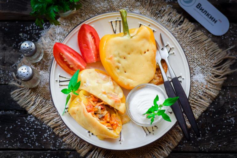 Запеченный болгарский перец, фаршированный овощами