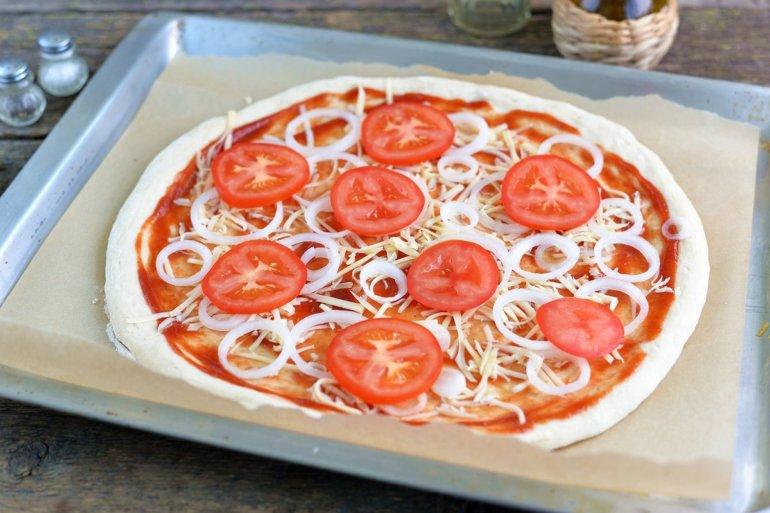 выкладка сыра, лука и помидоров