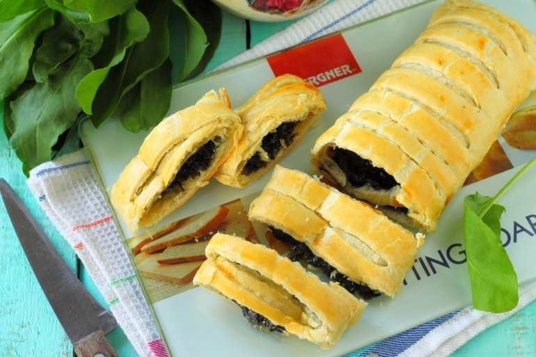 слоеный пирог с кисло-овощной начинкой