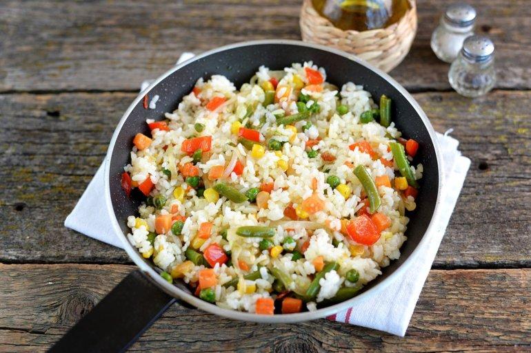 смешивание крупы с овощной смесью