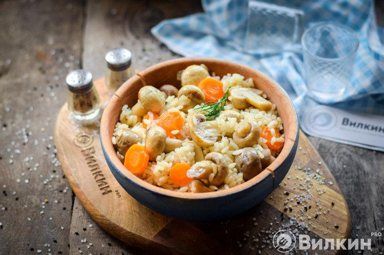 порция постного риса с грибами