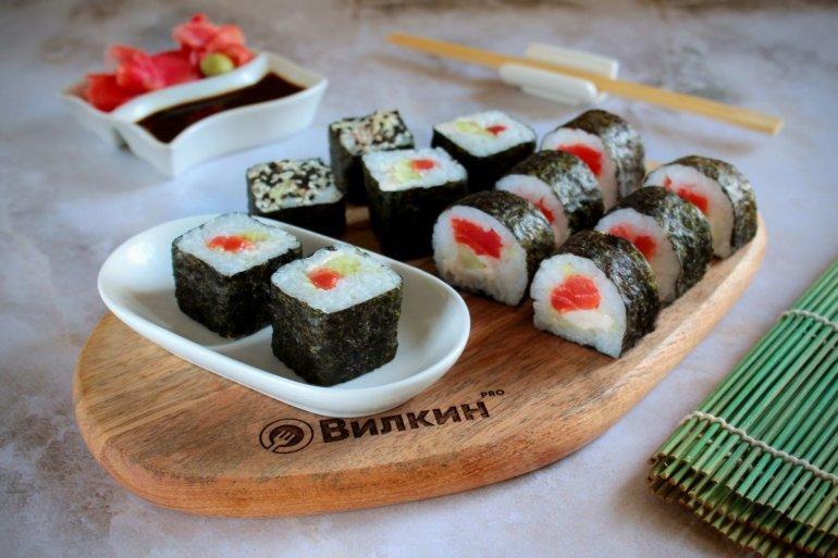 суши-роллы с лососем и огурцом