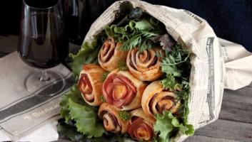 розочки из слоеного теста с колбасой