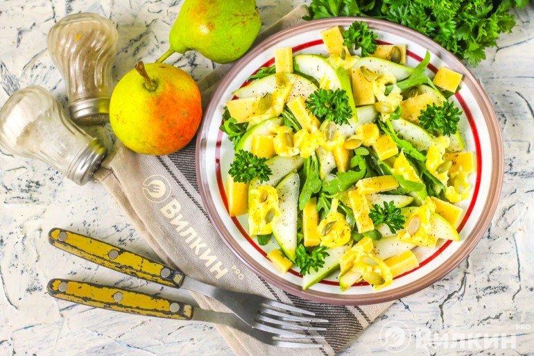 Салат из груш с сыром и рукколой