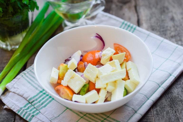 погрузка всех продуктов в салатник