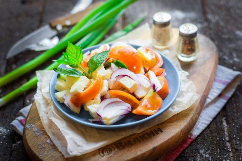 порция легкого салата с сыром и помидорами