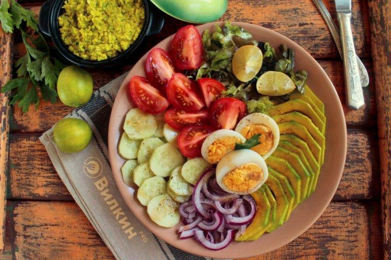 подача салата на блюде