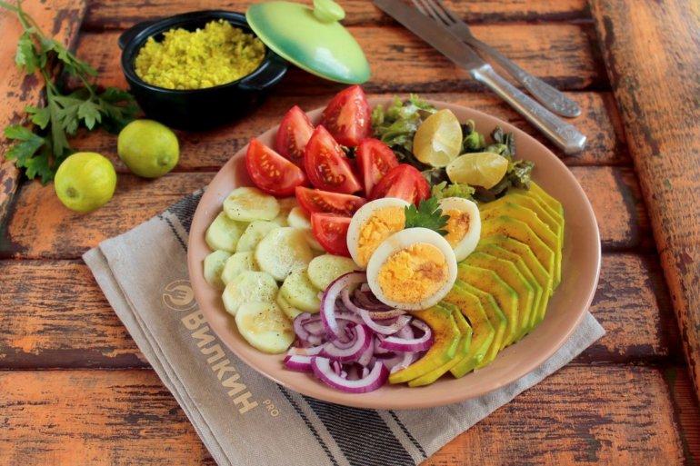 Салат из авокадо, огурца и яиц