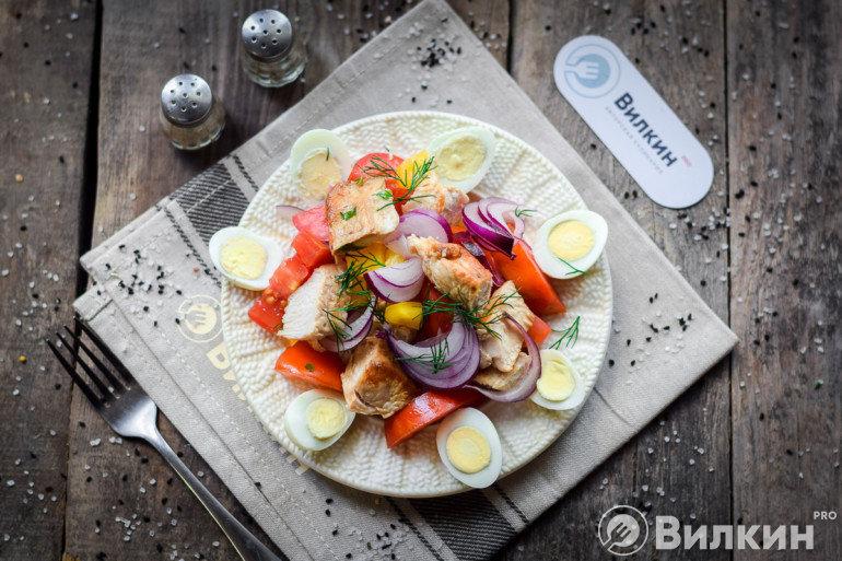 Салат с индейкой, помидорами и перцем
