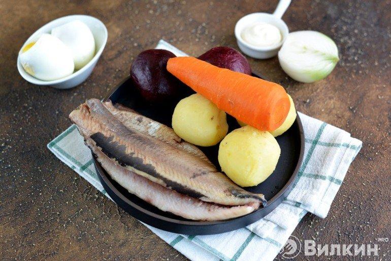 вареные овощи и очищенная сельдь
