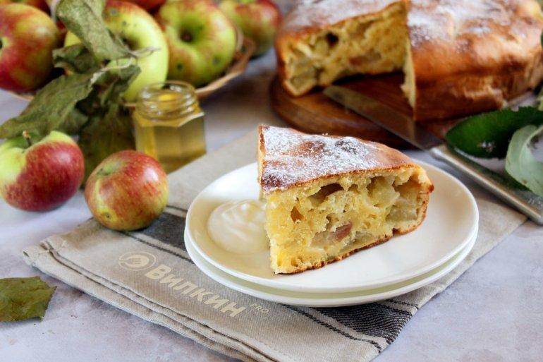 Пышная шарлотка на сметане с яблоками