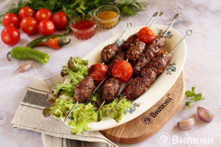 запеченный шашлык на шампурах с помидорами