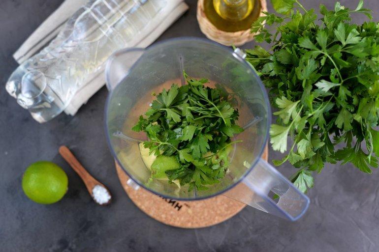 добавление масла и сока в чашу