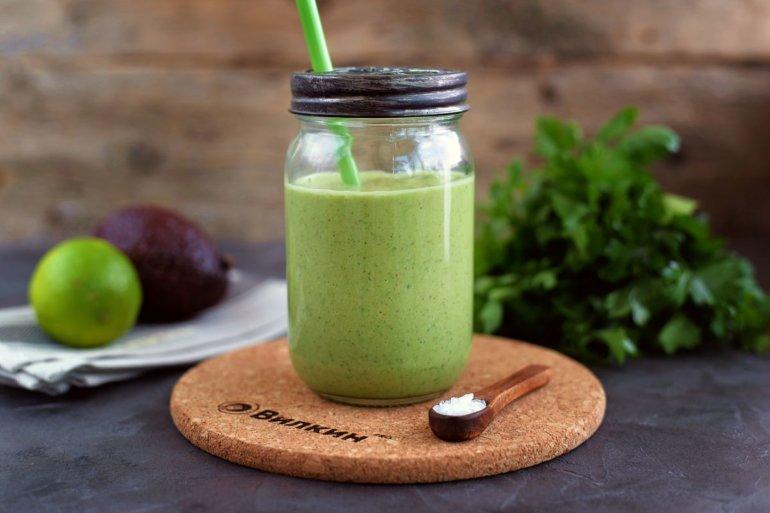 зеленый коктейль-смузи с авокадо