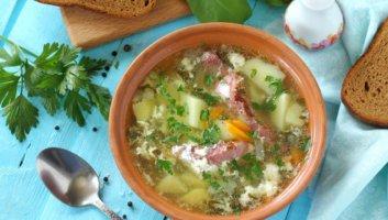порция щавелевого супа с яйцом
